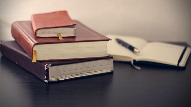 livres, bloc notes, stylo